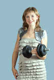 Donna in vestito con il barbell Immagine Stock