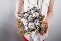 Donna in vestito d'annata che tiene mazzo di cotone di lavanda in sue mani Fotografia Stock Libera da Diritti