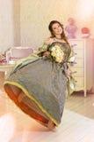 Donna in vestito d'annata di lusso che sta nella stanza luminosa Fotografia Stock Libera da Diritti