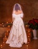 Donna in vestito da cerimonia nuziale che si distende nella sauna. Fotografia Stock