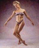 Donna in vestito di bagno di lepard fotografia stock libera da diritti