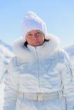 Donna in vestito di sci su un fondo delle montagne Fotografia Stock
