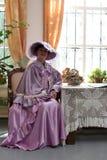 Donna in vestito lilla Immagine Stock