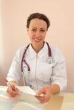 Donna in vestito medico con lo stetoscopio Fotografia Stock