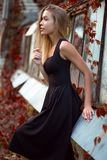 Donna in vestito nero che posa nel parco Immagine Stock Libera da Diritti