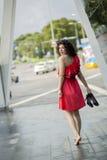 Donna in vestito rosso che guarda indietro Immagine Stock Libera da Diritti