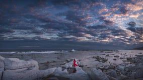 Donna in vestito rosso che posa in Grecia sull'isola di Thasos fotografia stock