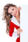 Donna in vestito rosso che tiene un tabellone per le affissioni in bianco Fotografia Stock