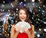 Donna in vestito rosso con i soldi del dollaro americano Immagini Stock
