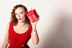 Donna in vestito rosso con il contenitore di regalo Immagini Stock Libere da Diritti