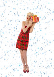 Donna in vestito rosso con il regalo. Fiocchi di neve Fotografia Stock Libera da Diritti
