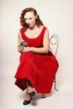 Donna in vestito rosso con il vischio Fotografie Stock Libere da Diritti
