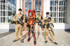 Donna in vestito rosso di Jedi e dei soldati immagini stock