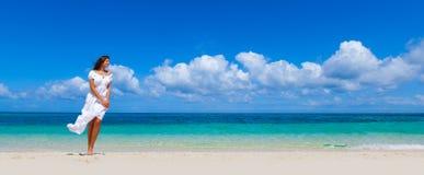 Donna in vestito sulla spiaggia immagini stock