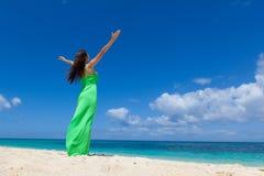 Donna in vestito sulla spiaggia fotografia stock libera da diritti
