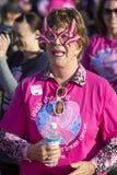 Donna in vetri bizzarri all'evento del cancro al seno fotografia stock