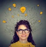 Donna in vetri con cercare capo di cui sopra delle lampadine di idee Fotografie Stock Libere da Diritti