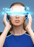 Donna in vetri di realtà virtuale 3d con gli schermi Immagine Stock