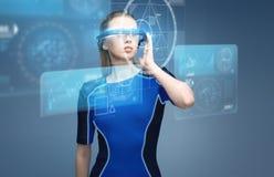 Donna in vetri di realtà virtuale 3d con i grafici Immagini Stock Libere da Diritti