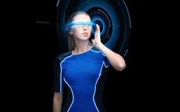 Donna in vetri di realtà virtuale 3d con l'ologramma Fotografie Stock