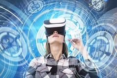 Donna in vetri di VR, interfaccia futuristica del nerd fotografia stock libera da diritti