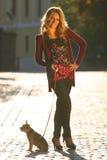 Donna in via immagine stock