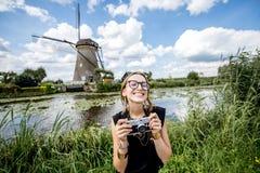 Donna vicino ai vecchi mulini a vento nei Paesi Bassi Fotografia Stock