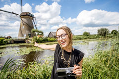 Donna vicino ai vecchi mulini a vento nei Paesi Bassi Fotografie Stock