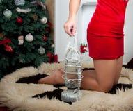 Donna vicino al camino Corpo parts Natale interno Fotografie Stock