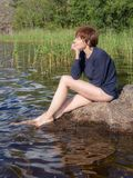 Donna vicino al lago fotografie stock