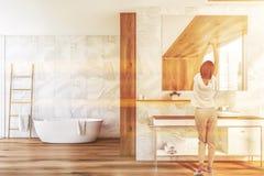 Donna vicino al lavandino del bagno illustrazione di stock