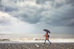 Donna vicino al mare tempestoso fotografia stock libera da diritti