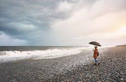 Donna vicino al mare tempestoso immagini stock libere da diritti