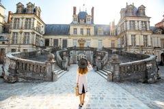 Donna vicino al palazzo di Fontainebleau in Francia fotografia stock libera da diritti