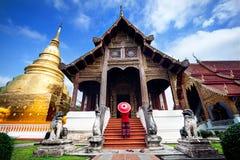 Donna vicino al vecchio tempio in Tailandia immagini stock libere da diritti