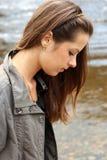 Donna vicino al waterside Fotografie Stock Libere da Diritti