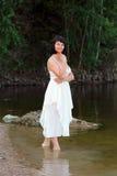 Donna vicino all'acqua Immagini Stock