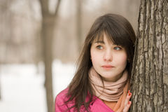 Donna vicino all'albero Fotografie Stock Libere da Diritti