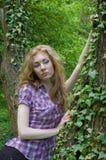 Donna vicino all'albero con la pianta dello scalatore Fotografia Stock Libera da Diritti