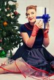 Donna vicino all'albero di Natale Fotografie Stock