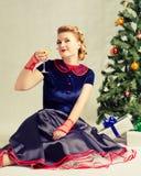 Donna vicino all'albero di Natale Immagini Stock Libere da Diritti
