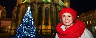 Donna vicino all'albero di Natale nella parte anteriore della st Vitus Cathedral Fotografia Stock