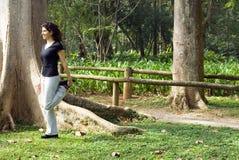 Donna vicino all'allungamento dell'albero - orizzontale Fotografia Stock