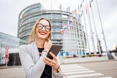 Donna vicino alla costruzione del Parlamento Europeo a Strasburgo Immagini Stock