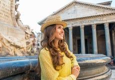 Donna vicino alla fontana del panteon a Roma Immagini Stock Libere da Diritti