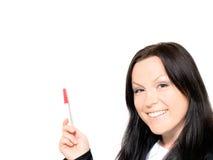 Donna vicino alla scheda bianca con l'indicatore fotografia stock libera da diritti