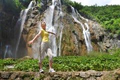 Donna vicino alle cascate Immagine Stock