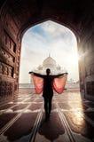 Donna vicino a Taj Mahal Fotografia Stock Libera da Diritti