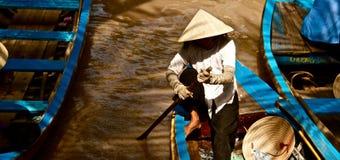 Donna vietnamita che rema nel delta del Mekong, Vietnam Fotografia Stock Libera da Diritti