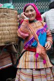 Donna vietnamita del nord in abbigliamento indigeno variopinto a Bac Ha marzo Fotografie Stock